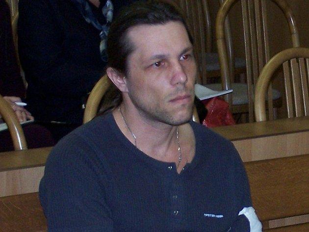 Radoslav Kubíček (1976) čelí obvinění z vraždy své přítelkyně, se kterou chodil tři roky. Soudu včera přiznal, že ji zabil ze žárlivosti, nikoli z finančních důvodů. Hrozí mu trest odnětí svobody v délce od 10 do 15 let.