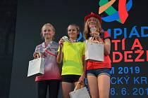 Vyhlášení triatlonového závodu žákyň. Vlevo stříbrná Kateřina Hadravová (Liberecký kraj), uprostřed zlatá Kateřina Mičková (Vysočina), obě týmové kolegyně z Triathlon Teamu Tábor.