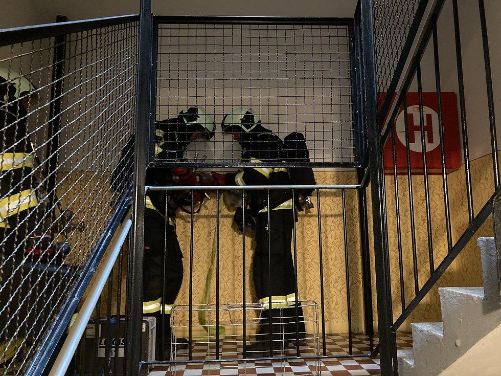 Profesionální hasiči v Táboře při taktickém cvičení prověřovali nový postup při likvidaci požáru ve výškové budově.