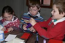 Děti si přišly na faru vyrobit tříkrálovou pohlednici a kostýmy, ve kterých pak vyrazily poklonit se Ježíškovi do děkanského kostela. Poté se vypravily za starostou.