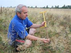 Jan Novák zkoumá kvalitu půdy.