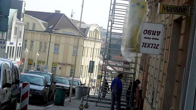 Spojnice Husova náměstí a Budějovické ulice nese jméno po sochařovi Františku Bílkovi.