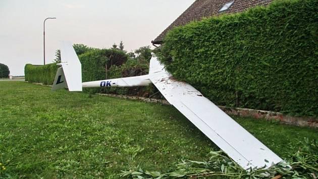 Pilot kluzáku měl v neděli štěstí v neštěstí, při nouzovém přistání v Krotějově skončil v plotě jednoho z domů a vyvázl s drobnými oděrkami.