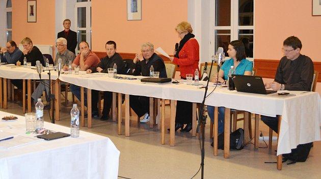 Zastupitelé města Soběslav. Úplně vpravo sedí pirát Martin Kákona.