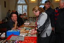 SBĚRATELÉ.V sobotu se v malém sále Střelnice v Táboře konala sběratelská burza. Lidé sháněli odznaky, pohledy, známky ...