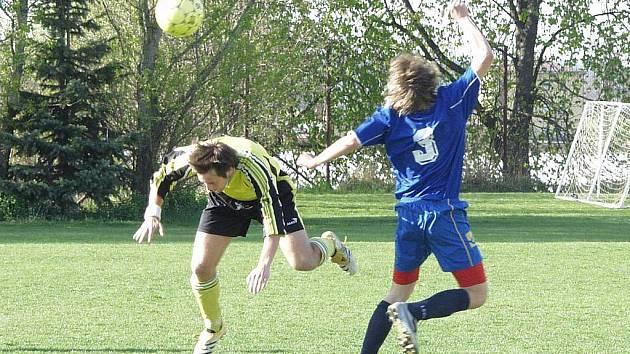 Ve fotbalovém derby I. B třídy mezi Mladou Vožicí a Planou nad Lužnicí bylo sice podobných soubojů k vidění hned několik, žádné velké drama se ale nekonalo.