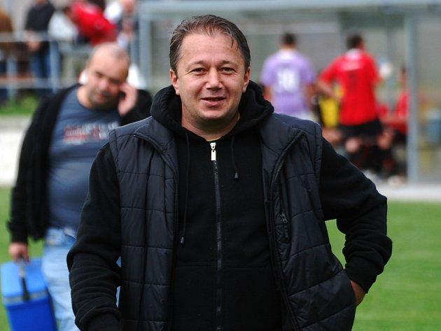 Jan Klimek, trenér FC MAS Táborska B, může být se startem divizní fotbalové soutěže zatím spokojen. V premiérové sezóně  zatím drží neporazitelnost .