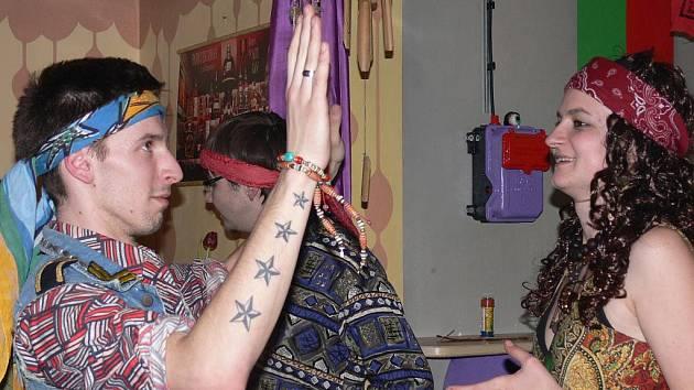 Kostýmy na Hippie party v Aux Café nikdo nepodcenil