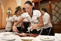 Praktická zkouška budoucích kuchařů a číšníků ze SŠ obchodu, služeb a řemesel Tábor.
