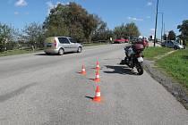 Na nájezdu do Sezimova Ústí II došlo ke srážce motocyklisty s chodkyní.