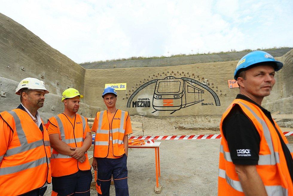 Slavnostní dorážka tunelu se v Mezně na Benešovsku konala v pátek 14. srpna. Akce se zúčastnil i místopředseda vlády České republiky, ministr průmyslu a obchodu a ministr dopravy v jedné osobě, Karel Havlíček.