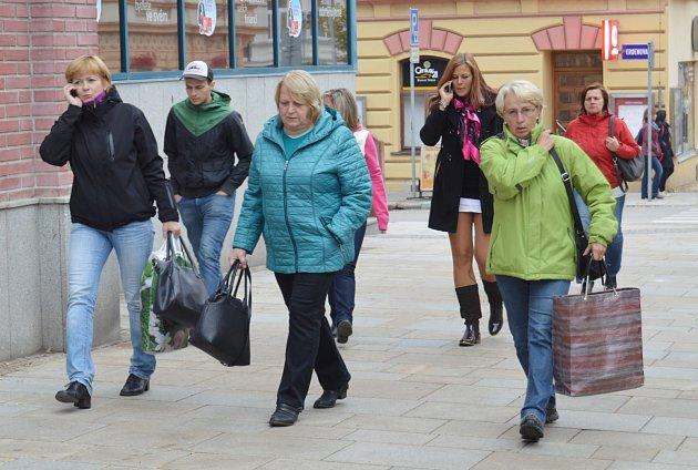 Ženy v Táboře. I z fotografie, pořízené v táborské ulici 9. května, je patrné, že Táboru vládnou ženy. Žen a dívek od 15 let tu žije 15 693, mužů o 1536 méně.