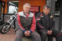 Starší Petr (49, vlevo) má v objektu motocentra pneuservis, mladší Pavel prodává a opravuje motorky.  Společnými silami se postavili proti rozhodnutí státu nezřídit jim u objektu dálniční sjezd. Podali žalobu u soudu.
