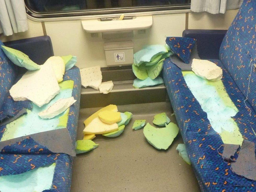 Pohled na řádění vandala ve vlaku.