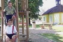 ČESTNÉ UZNÁNÍ. O náves se Řepečtí poctivě starají. Kapličku nově opravili a dětem udělali hřiště. Právě za upravené centrum obce dostali v soutěži Vesnice roku  2012 čestné uznání.