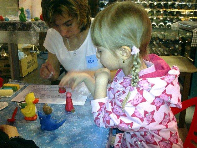 Při hraní s modelínou se děti vždycky dobře zabaví. A co teprve, když si na ní mohou ještě pochutnat.