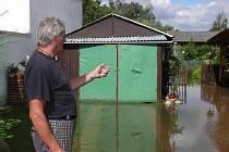 """Zdeněk Dolejš je na povodně zvyklý. Bechyňský potok hrozí lidem v Sokolské ulici každé jaro. Zatím mají vodu """"jen"""" ve sklepech."""