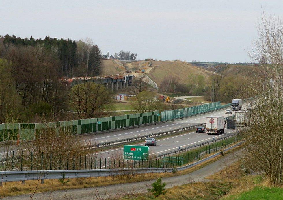 Do dvou let se tu budou míjet rychlíky. Podívejte se, jak pokročila výstavba nové přeložky na IV. koridoru v úseku Soběslav - Doubí u Tábora.