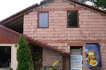 Ladislav Suchánek zvolený za ČSSD se bez povolení pustil do přístavby garáže u svého domu na Horkách.