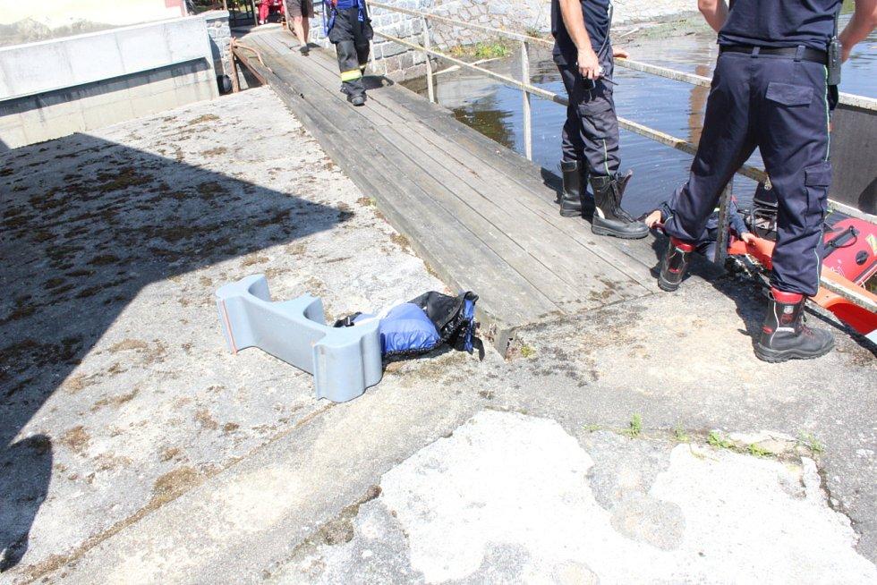 Záchranářské práce na jezu Dráchov v sobotu 8. srpna 2020 odpoledne. Na jezu v obci nedaleko Soběslavi na Táborsku se zvrhli dva vodáci. Jednoho se podařilo z Lužnice vzedmuté dešti zachránit. Po druhém odpoledne trvaly pátrací práce.