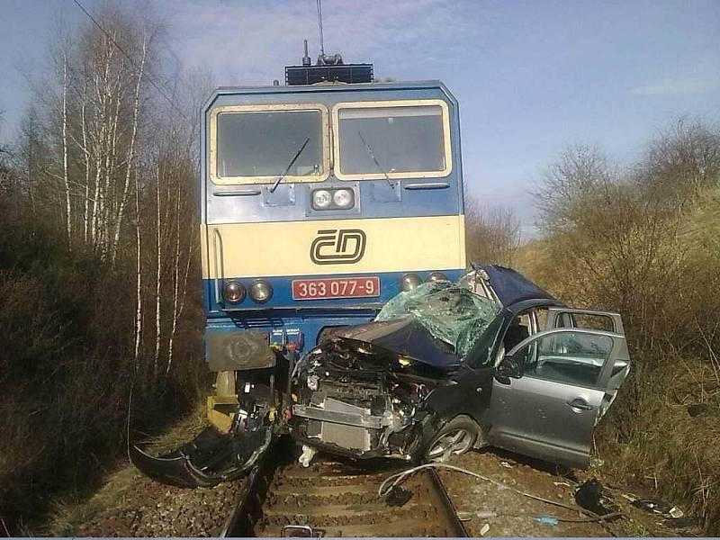 Na přejezdu u Horusic se střetlo osobní auto s projíždějícím rychlíkem. Řidič srážku nepřežil.