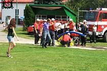 Každým rokem se veselští hasiči vydávají na začátku srpna do Miřetic u Chrudimi, kde se zúčastňují soutěže v požárním útoku. Vítěz si odváží pohár od starosty.
