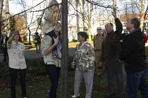 PŘIPOMNĚLI VÝROČÍ. Navázáním trikolory si výročí republiky připomněli sestry Krejčovy ze Stoklasné Lhoty za skauty, Jana Součková za sokoly a Radek Přílepek za turisty (zleva).