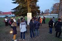 V sobotu 16. listopadu se dočkali židovští spoluobčané ze Stádlecka, kteří byli deportováni do koncentračního tábora před 77 lety, nové připomínky u Petrovského rybníka.