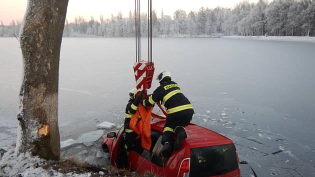 Hasiči vytahují automobil, který skončil v rybníku v Jistebnici.