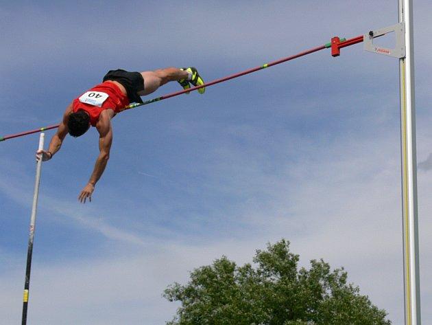 Atletika. Skok o tyči.