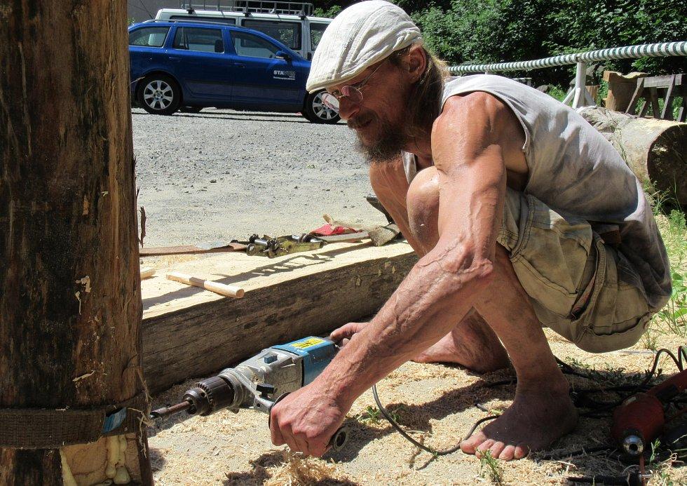 Ondřej Drábek pochází z Mostu, nyní žije v podhradí Choustníku, kde tvoří svá umělecká díla ze dřeva na otevřené zahradě svého domku.