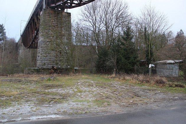 Místo nehody pod železničním mostem v ulici Na Bydžově v Táboře.