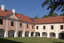 Barokní zámek Měšice.