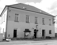 Bývalá škola pochází z roku 1866 a stojí vedle kostela.