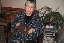 Jako malé dítě si Hana Jančíková, členka Židovské náboženské obce Plzeň, pamatuje, že její tatínek coby Žid nesměl chodit po hlavních ulicích. V ruce drží ručně šitý šátek, v němž její příbuzná poslala z Terezína domů moták.