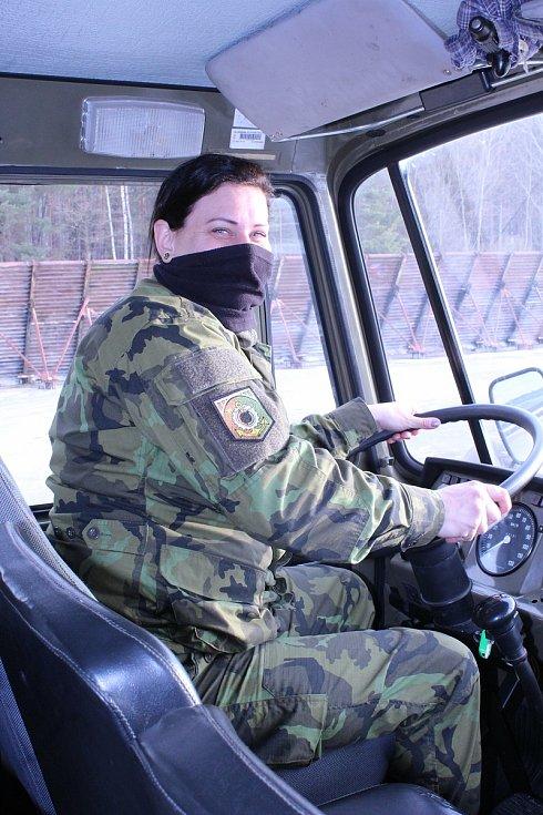 Romana Radostová při Kurzu k získání osvědčení řízení vozidel ozbrojených sil skupiny C+E.