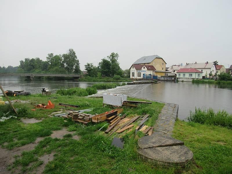 Řeka Lužnice v Plané nad Lužnicí v úterý 10. června ráno měla díky vydatným srážkám zvýšenou hladinu.