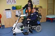 NA MOTOMEDU. Dvanáctiletý Jiří Jiříček včera v Centru Kaňka předváděl, jak se na MotoMedu cvičí. Programy, které nový přístroj nabízí, mu nastavovala fyzioterapeutka Eva Šimáková.