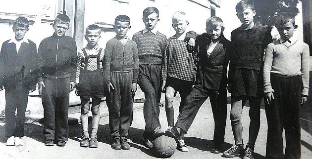 Parta kluků, která spolu kdysi hrála vobci fotbal