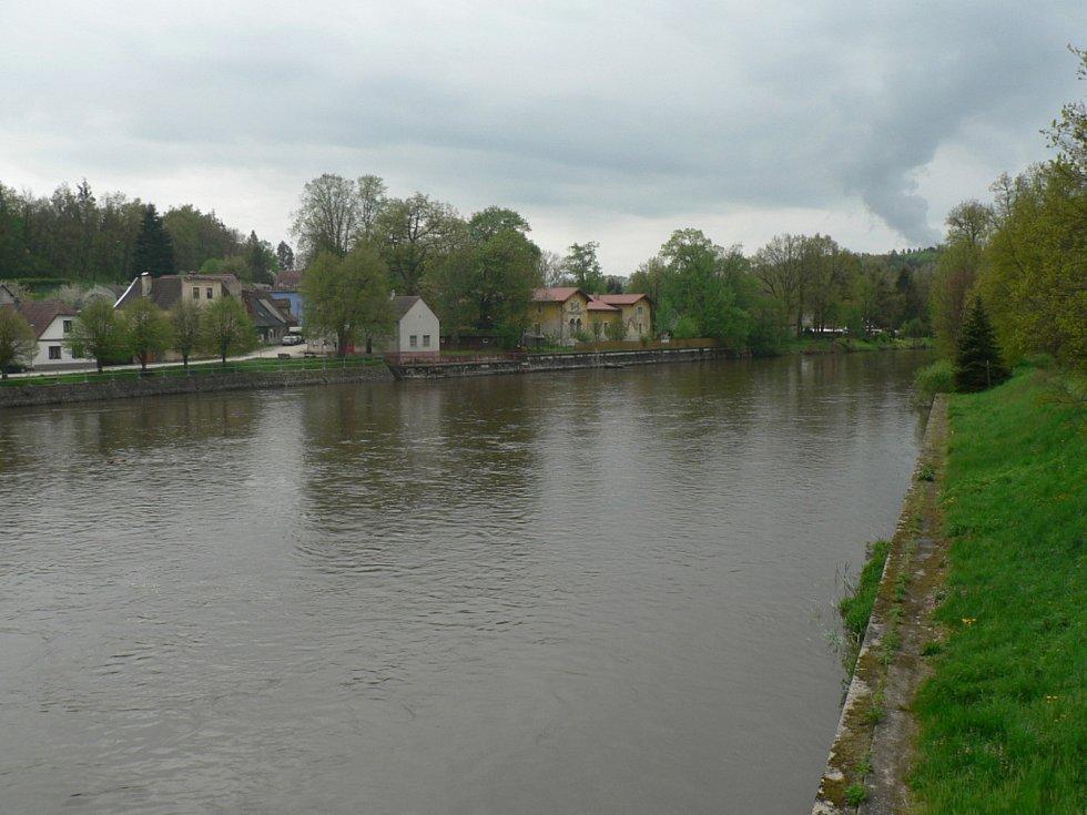 Deště zvedly v polovině května 2021 hladinu řeky Lužnice. Na snímku Koloděje nad Lužnicí v sobotu 15. května.