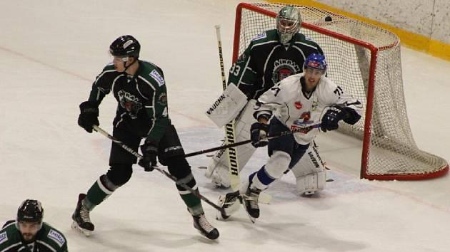 Lukáš Prášek (v bílém) pečetil výhru HC Tábor dvěma góly.
