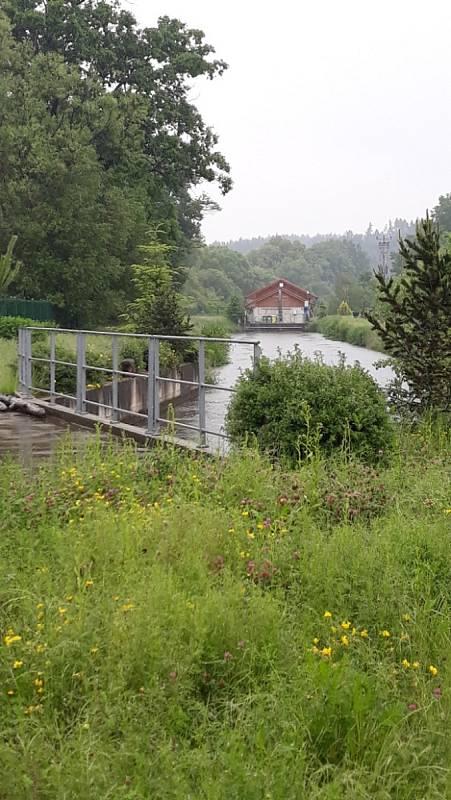 Lužnice na Táborsku ve středu odpoledne. Déšť ani v lokalitách Roudná, Skalice, Ovčín a Soběslav neustává, spíše přibývá na síle.