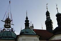 Nasazování opravené věže klokotského kláštera.