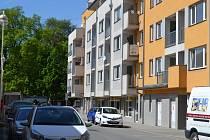 Prokletý dům stojí na křižovatce ulic Nerudova a Jeronýmova.