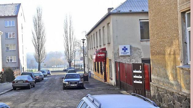 Ulice, která mnohým Táborákům zůstává utajena. Název nic neříká ani představitelům města. Jméno této slepé uličce nedaleko plaveckého bazénu, kolmé na Kvapilovu ulici, propůjčil válečný hrdina Stanislav Čečka.