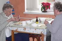Od 20. září přibyde k existující službě rozvozu obědů také rozvoz chlazené stravy.V dnešní době využívá této služby zhruba tři sta klientů na území města.
