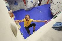 Ve stěnách z laťovky je přes 12 tisíc děr na úchyty a lezci zde najdou 300 metrů čtverečních ploch na každé z nich. Ozkoušel ji už zkušený lezec Vít Novák.