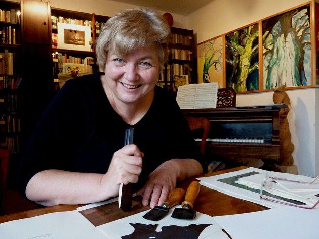 Výtvarnice Marie Michaela Šechtlová se s radostí pouští do vytváření nové mezzotinty. Nejprve je ale třeba trpělivě rozzrnit měděnou destičku za pomoci skobliny (na snímku). Kromě této náročné techniky tvoří i dřevoryty, kamenotisky, suchou jehlu, koláže