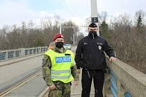 Nebyl čas ztrácet čas, říká policista Tomáš. S vojáky zachránili život sebevraha, který chtěl skočit z bechyňského mostu Duha.