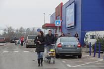 Vánoční nákupy. Lidé krátce před Vánocemi zaplnili obchodní centra. Nakupují hlavně potraviny a poslední dárky.